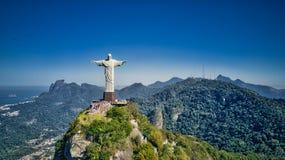 Flyg- sikt av Kristus den Förlossare- och Rio de Janeiro staden Royaltyfri Bild