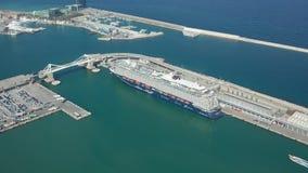 Flyg- sikt av kryssningskeppet i Barcelona port stock video