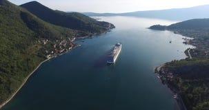 Flyg- sikt av kryssningskeppet i fjärden av Kotor stock video