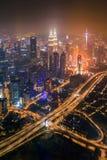 Flyg- sikt av Kuala Lumpur Downtown och huvudvägar, Malaysia Finansiell områdes- och affärsmitt i smart stads- stad i Asien arkivbild