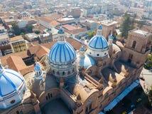 Flyg- sikt av kupolerna av domkyrkan Cuenca Ecuador royaltyfri fotografi