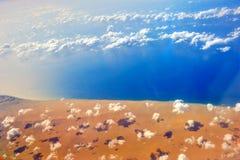 Flyg- sikt av kusten av Arabian Sea under molnen i Yemen arkivbilder