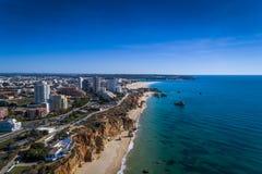 Flyg- sikt av kustlinjen i Praia da Rocha i Portimao, Algarve, Portugal arkivfoton