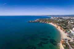 Flyg- sikt av kustlinjen med härliga stränder mellan Portimao och Lagos i Algarve, Portugal fotografering för bildbyråer