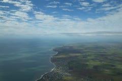 Flyg- sikt av kustlinjen nästan Bundaberg Arkivfoton