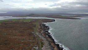 Flyg- sikt av kustlinjen vid Marameelan söder av Dungloe, ståndsmässiga Donegal - Irland arkivfilmer