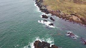 Flyg- sikt av kustlinjen vid Marameelan söder av Dungloe, ståndsmässiga Donegal - Irland stock video