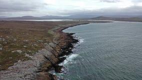 Flyg- sikt av kustlinjen vid Marameelan söder av Dungloe, ståndsmässiga Donegal - Irland lager videofilmer
