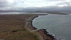 Flyg- sikt av kustlinjen vid Marameelan s?der av Dungloe, st?ndsm?ssiga Donegal - Irland stock video