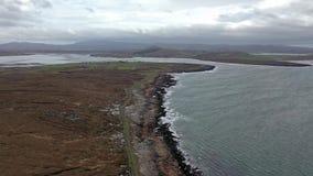 Flyg- sikt av kustlinjen vid Marameelan s?der av Dungloe, st?ndsm?ssiga Donegal - Irland arkivfilmer