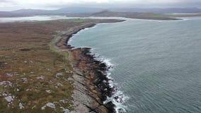 Flyg- sikt av kustlinjen vid Marameelan s?der av Dungloe, st?ndsm?ssiga Donegal - Irland lager videofilmer