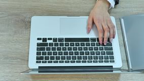 Flyg- sikt av kvinnamaskinskrivning på bärbara datorn Förlagt på träskrivbordet lager videofilmer