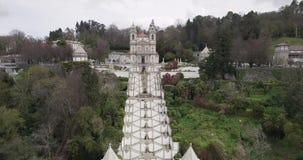 Flyg- sikt av kyrkan och trappan av Bom Jesus i Braga Portugal lager videofilmer