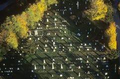 Flyg- sikt av kyrkogården i höst Arkivfoton