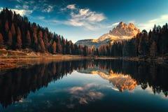 Flyg- sikt av Lago Antorno, Dolomites, sjöberglandskap