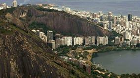 Flyg- sikt av Lago de Rodrigo Freitas Lagoon och berg Arkivfoto
