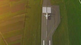Flyg- sikt av landningsbanan att ta av över flygplats som lokaliseras i förorts- bostads- och kommersiellt område 4K arkivfilmer