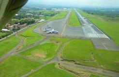 Flyg- sikt av landningsbanan på Juan Santamaria International Airport, Costa Rica Royaltyfri Foto