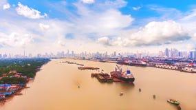 Flyg- sikt av landskapet ett lastfartyg som parkeras i floden Ris royaltyfri fotografi