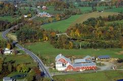 Flyg- sikt av lantgården nära Stowe, VT i höst på scenisk rutt 100 Arkivfoto