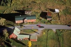 Flyg- sikt av lantgården nära Stowe, VT i höst på scenisk rutt 100 Arkivfoton