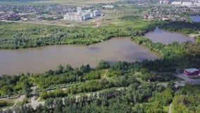 Flyg- sikt av lilla staden nära skoggemet Flyg- sikt av staden i ett skogsbevuxet område med floden Arkivbild