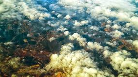 Flyg- sikt av lockiga soliga moln och deras skuggor på mosaiken ea royaltyfria bilder