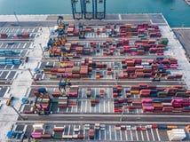 Flyg- sikt av logistiken och trans. av behållarelastfartyget och Crane Bridge med byggande cityscapebakgrund import arkivfoto