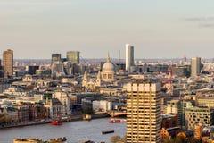 Flyg- sikt av London horisont och flodThemsen, UK Royaltyfri Fotografi