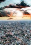 Flyg- sikt av London horisont på natten, London Arkivfoto