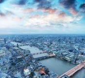Flyg- sikt av London horisont på natten, London Arkivbilder