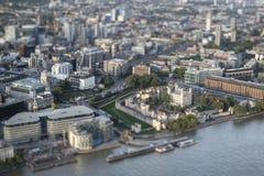 Flyg- sikt av London med med effekt för by för lutandeförskjutningsmodell Royaltyfri Bild