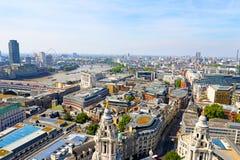 Flyg- sikt av London, Thames River och kyrkliga torn solig dag Royaltyfria Foton