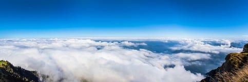 Flyg- sikt av Lucerne sjön och fjällängarna från överkant av den Rigi mountaen Royaltyfria Bilder