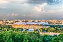 Flyg- sikt av Luzhniki stadion från sparvkullar, Moskva, Russ Arkivfoton