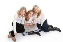 Flyg- sikt av lyckliga flickor med bärbara datorn Royaltyfri Fotografi