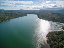 Flyg- sikt av Lysterfield sjön och skogen Melbourne, Australien fotografering för bildbyråer