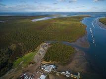 Flyg- sikt av Lysterfield sjön och skogen Melbourne, Australien arkivbilder