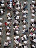 Flyg- sikt av många personer som sitter i ett kafé arkivbilder
