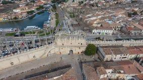Flyg- sikt av maingaten i forntida medeltida stad av Aigues- arkivfoton