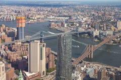 Flyg- sikt av Manhattan horisont på en solig sommardag arkivfoton