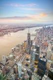 Flyg- sikt av Manhattan horisont på solnedgången, New York City royaltyfri bild