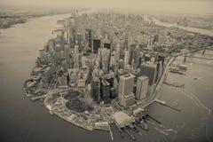 Flyg- sikt av Manhattan horisont på solnedgången, New York City arkivfoton