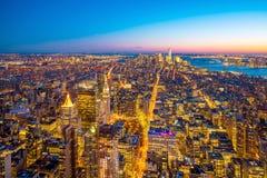 Flyg- sikt av Manhattan horisont på solnedgången, New York City royaltyfri fotografi