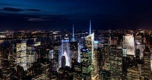 Flyg- sikt av Manhattan på natten Arkivbilder