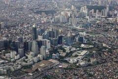 Flyg- sikt av Manila med skyskrapor royaltyfri bild