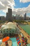 Flyg- sikt av marinpir och Chicago, Illinois horisont Royaltyfria Bilder