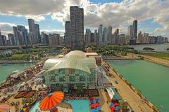 Flyg- sikt av marinpir och Chicago, Illinois horisont Royaltyfri Fotografi
