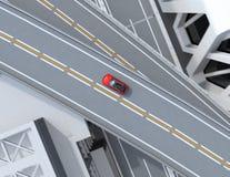 Flyg- sikt av metalliska röda elektriska SUV som kör på huvudvägen Royaltyfria Foton