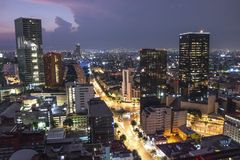 Flyg- sikt av Mexiko - i stadens centrum skyscrappers för stad på solnedgångtid för natt royaltyfria bilder